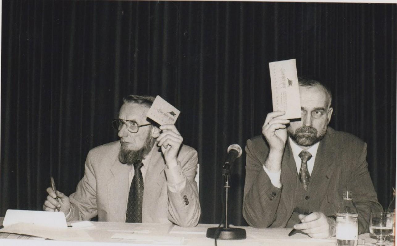 Lietuvos rašytojų suvažiavimas. Petras Dirgėla (kairėje) ir Jonas Liniauskas. 1999 m. Z. Baltrušio nuotrauka