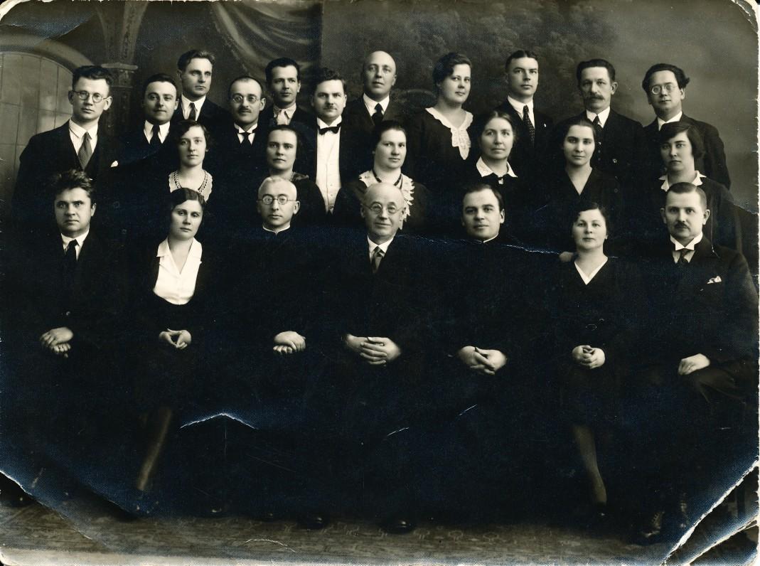 . Lindė-Dobilas (sėdi ketvirtas iš kairės) su Panevėžio gimnazijos mokytojais. Trečioje eilėje iš kairės šeštas stovi Mykolas Karka. 1928 m.