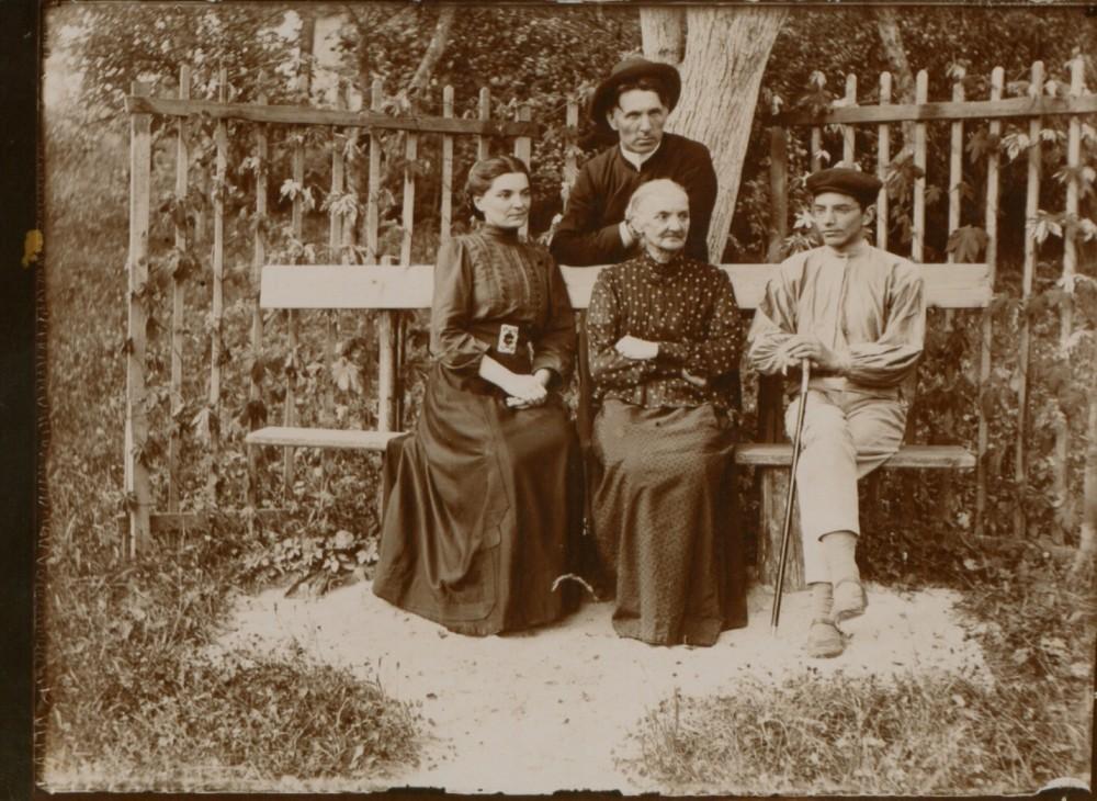 M. Pečkauskaitė, S. Pečkauskienė, V. Pečkauskas. Stovi kun. K. Bukontas. Šaukotas. 1909 m.
