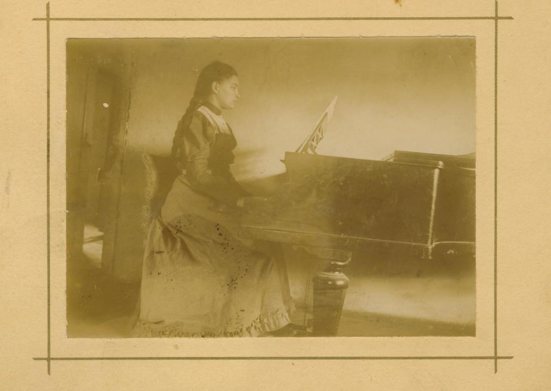 M. Pečkauskaitė Užvenčio dvare. Nuotrauka P. Višinskio. 1896 m.
