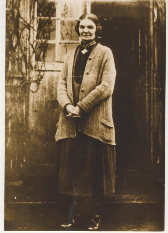 M. Pečkauskaitė Židikuose. 1929 m. Įsisegusi apdovanojimą – III laipsnio Gedimino ordiną