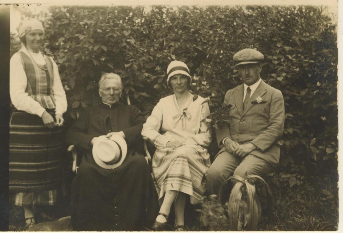 M. Pečkauskaitė, kun. K. Bukontas, S. Pečkauskaitė. Židikai. 1928 m.