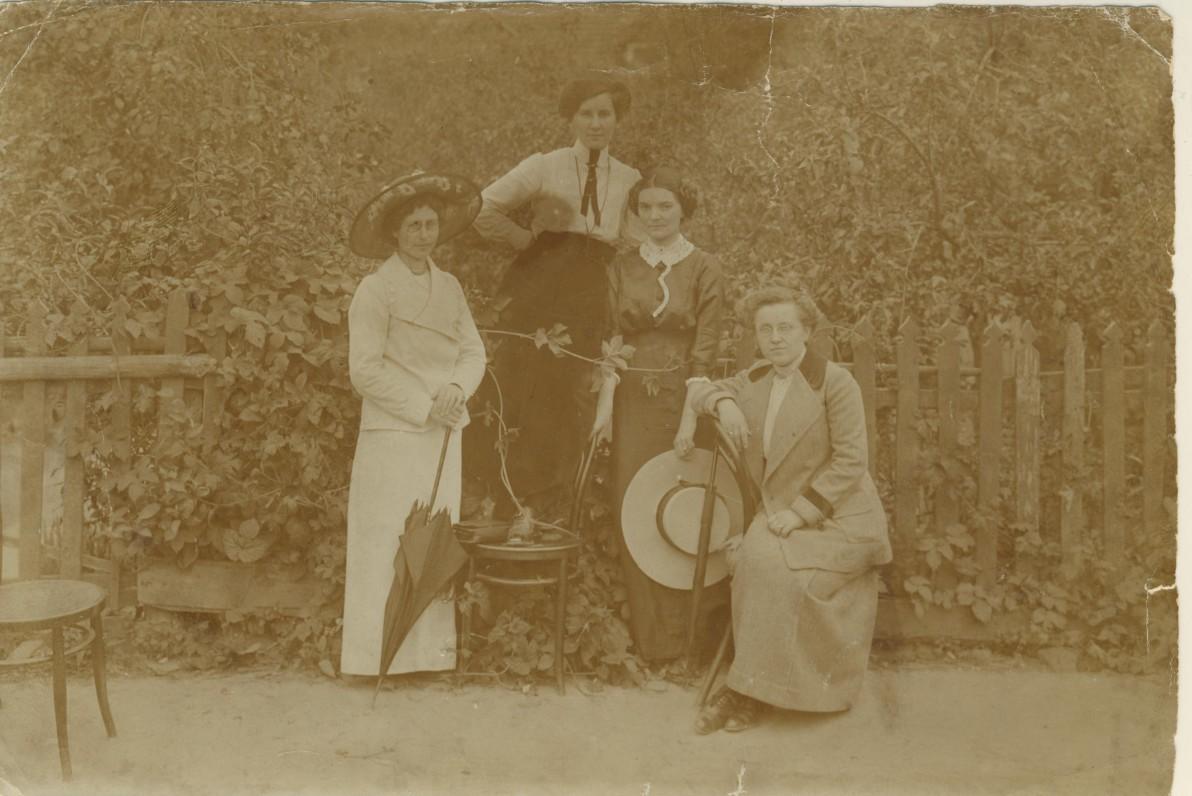 """M. Pečkauskaitė (stovi iš dešinės) su Marijampolės """"Žiburio"""" mergaičių progimnazijos mokytojomis. 1913 m."""