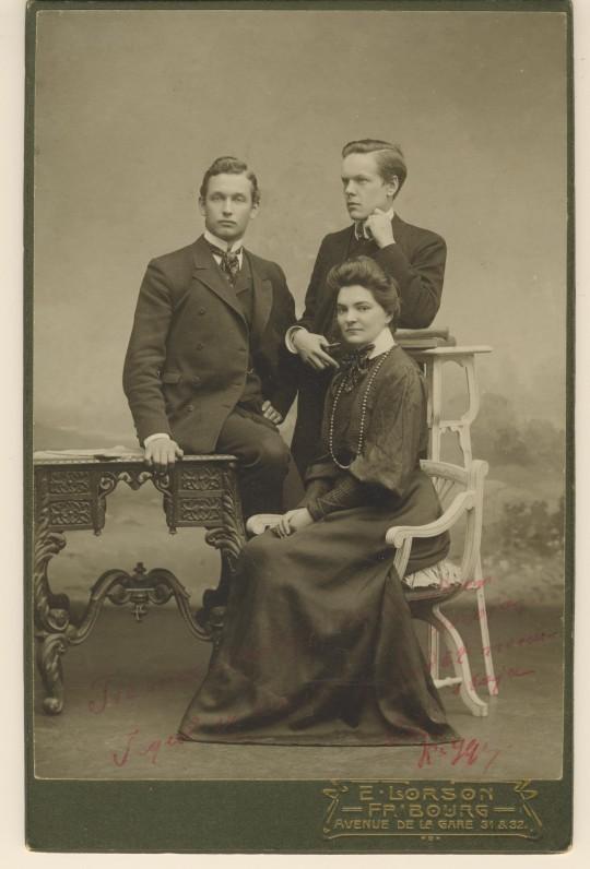 M. Pečkauskaitė su draugais Friburge (Šveicarija). Pirmas iš kairės – Pranas Augustaitis. Apie 1906 m.