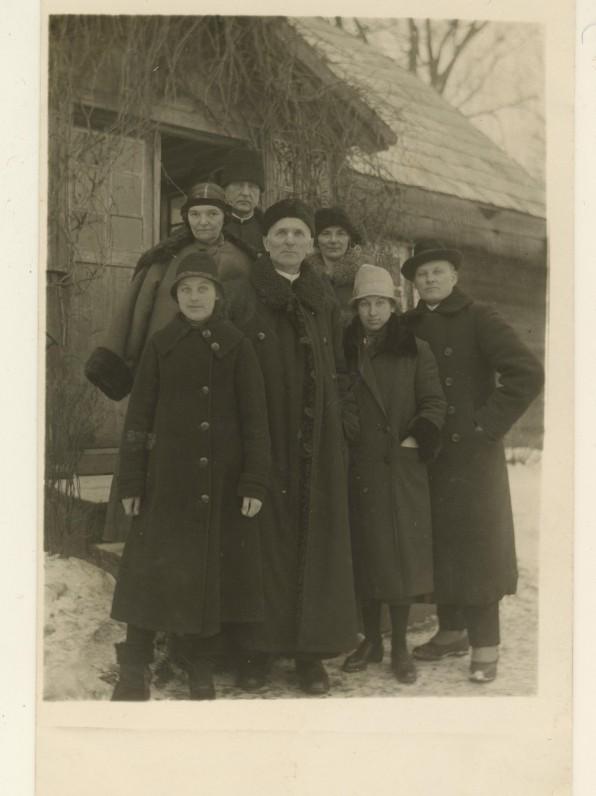 M. Pečkauskaitė su kun. K. Bukontu, seserimi Sofija ir kitais. Židikai. 1925 m.