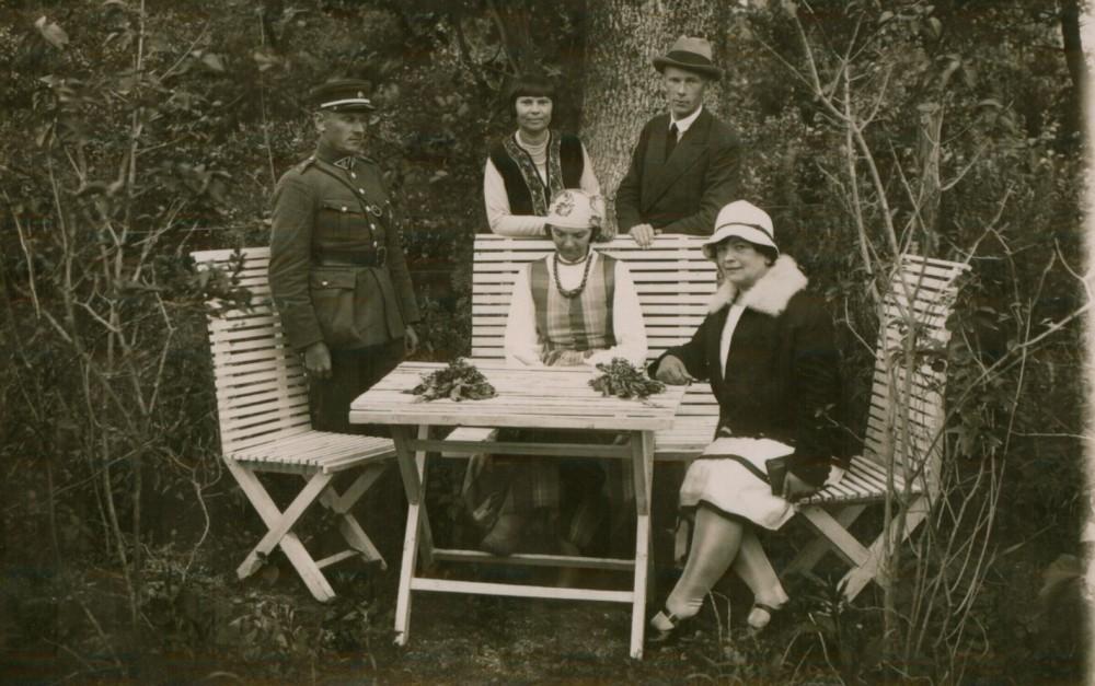 M. Pečkauskaitė (tautiniais drabužiais) su Terese ir Stefanija Martišauskaitėmis, broliais Kontrimais. Palanga. 1925 m.
