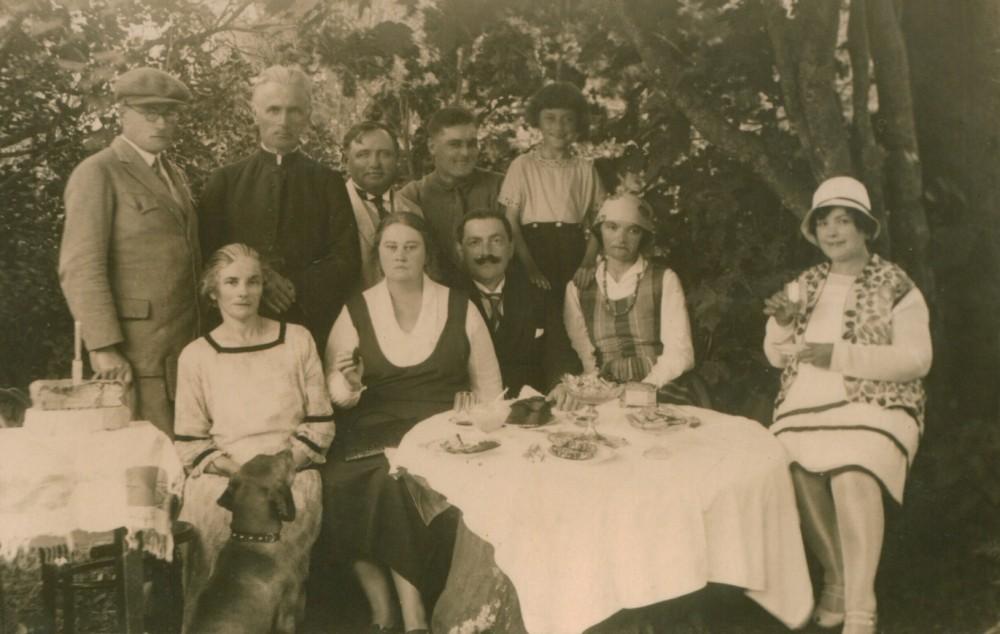 M. Pečkauskaitė (tautiniais drabužiais) su kun. K. Bukontu, seserimi Sofija, Stefanija Martišauskaite (sėdi iš dešinės) ir kitais. Židikai. 1929 m.