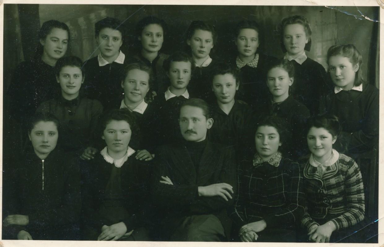 Mokytojas V. Šiugždinis su mokiniais Jonavos vidurinėje mokykloje. 1940 m.