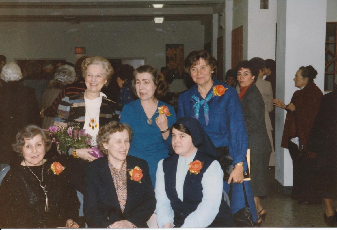 Moterų kūrėjų vakaras Čikagoje, 1986 m. Iš kairės sėdi – J. Švabaitė-Gylienė, D. Sadūnaitė, O. Mikailaitė; stovi – N. Jankutė-Užubalienė, Liūnė Sutema, V. Bogutaitė