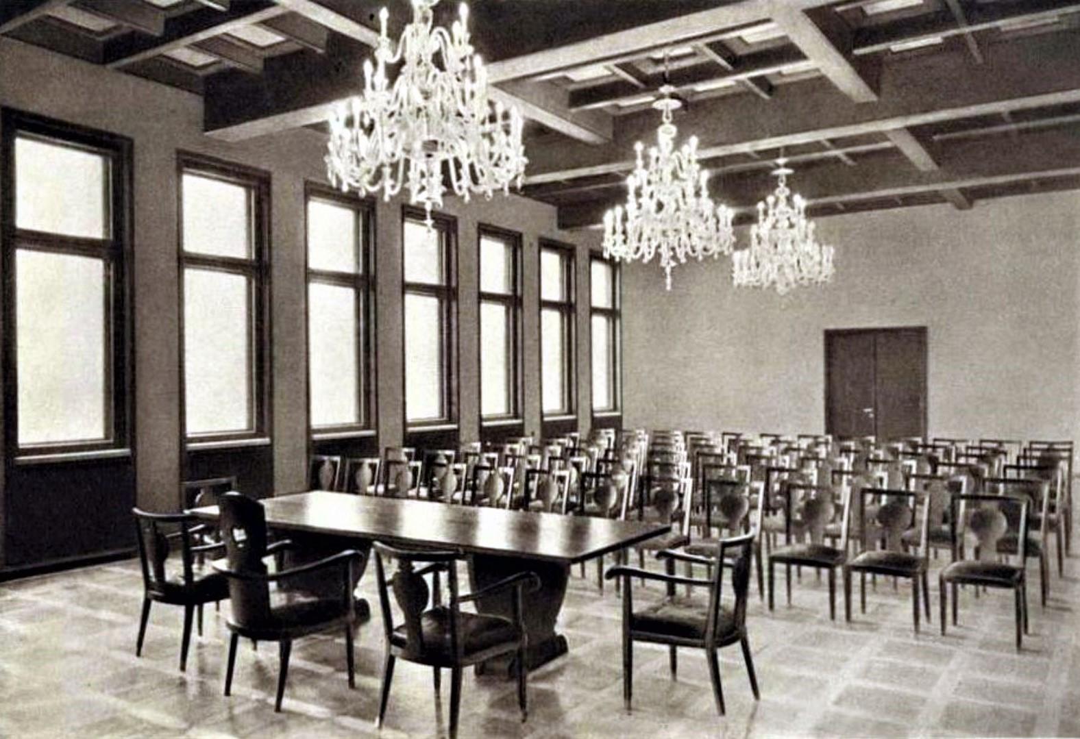 Rūmų didžioji salė, 1938 m. Nuotraukos šaltinis: Prekybos, pramonės ir amatų rūmai: albumas, Kaunas, 1938 m.
