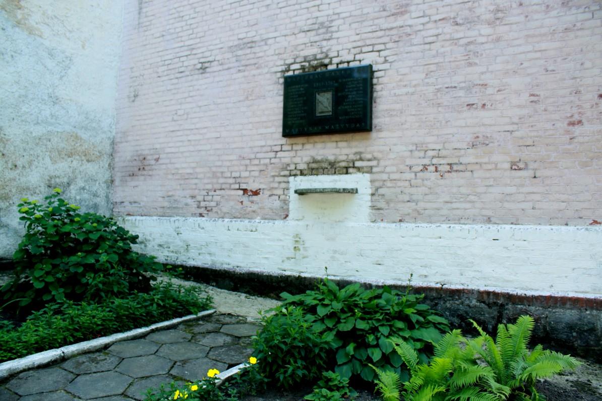 Paminklinė lenta ant buvusios Ragainės bažnyčios sienos, žyminti, kad čia 1549–1563 m. dirbo ir yra palaidotas M. Mažvydas. Lenta atidengta 1998 m. 2013 m.