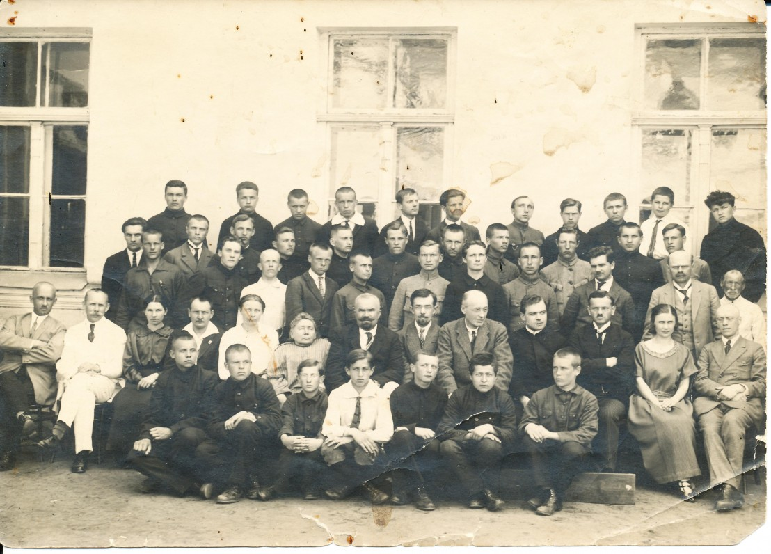 Panevėžio gimnazijos 6 kl. berniukai ir mokytojai. Antroje eilėje iš kairės šešta sėdi Gabrielė Petkevičaitė – Bitė, Jonas Yčas, Matas Grigonis, J. Lindė-Dobilas ir kiti. 1924 m.