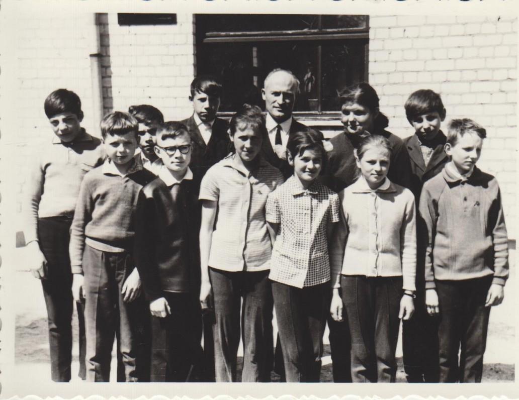 Paukštakių aštuonmetės mokyklos 7 klasė su auklėtoju Stanislovu Poškum. 1969 m. Sigitas pirmoje eilėje antras iš kairės