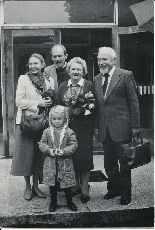 Pirmą kartą atvykus į Lietuvą su žmona Kazimiera, sūnumi Jurgiu, dukra Elena ir jos dukrele Vaiva. Vilnius, 1990 09 10. Nuotrauka A. Kairio