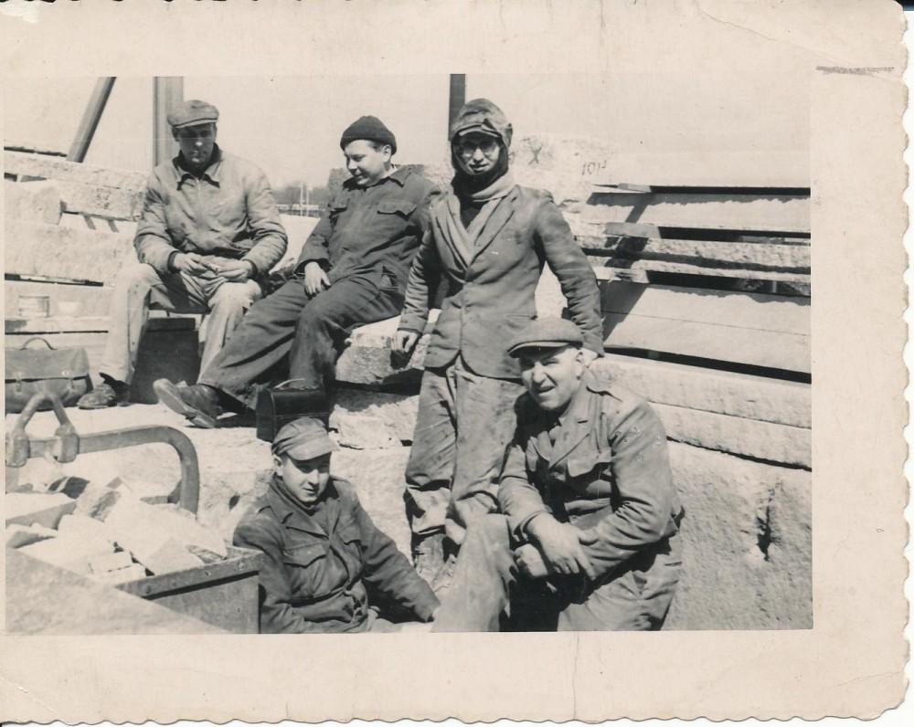 Pirmieji darbai Amerikoje. K. Bradūnas (antras iš kairės) su bendradarbiais akmenskaldžiais. 1951 m.