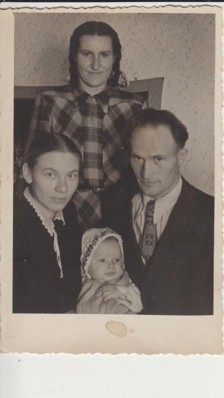 Poškų šeimyna su aukle Musvicaite. 1957 m. gruodžio mėn.