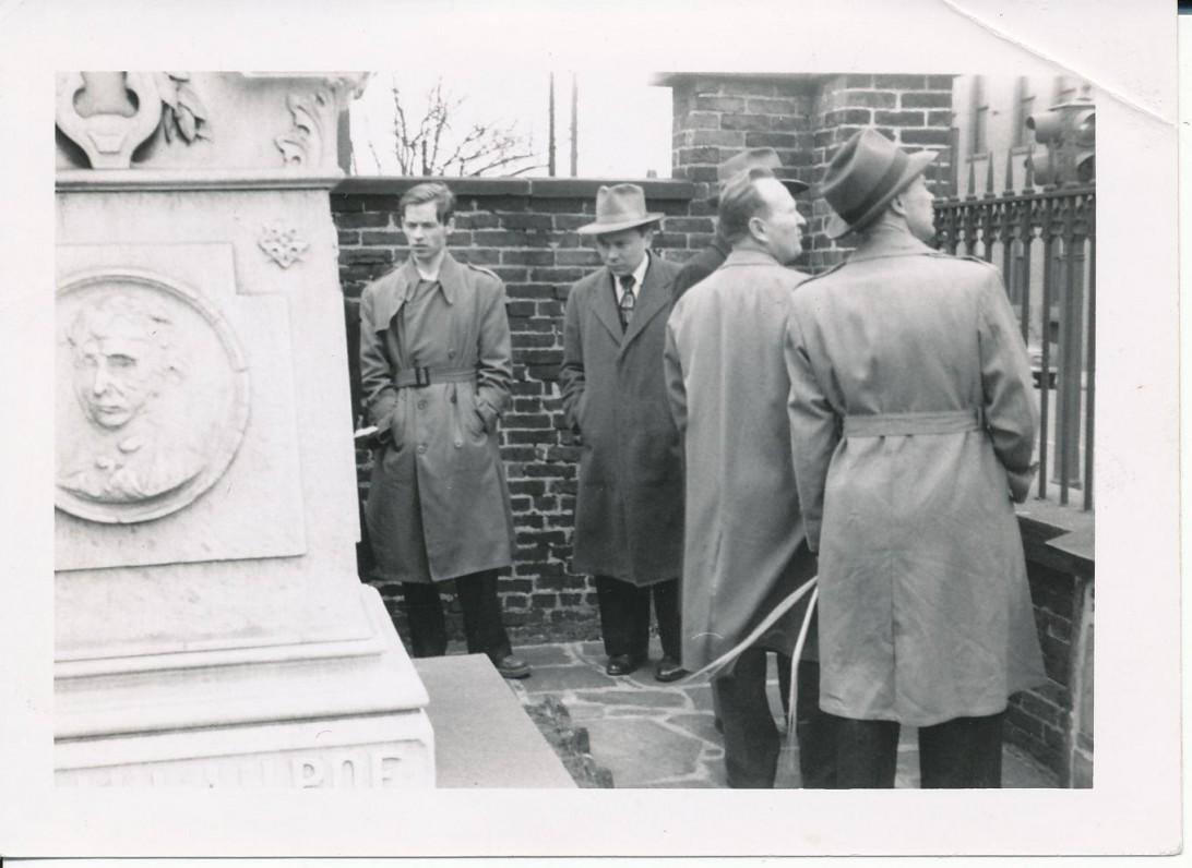 Prie Edgaro Allano Poe kapo. Baltimorė. 1950 m. A. Nyka-Niliūnas, K. Bradūnas, C. Skurdokas, P. Jurkus