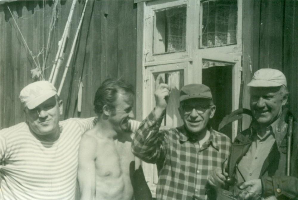 Prie V. Miliūno vasarnamio stovi iš dešinės – V. Miliūnas, A. Žukauskas, K. Ambrasas ir neišaiškintas vyriškis. Nida, 1972 m.