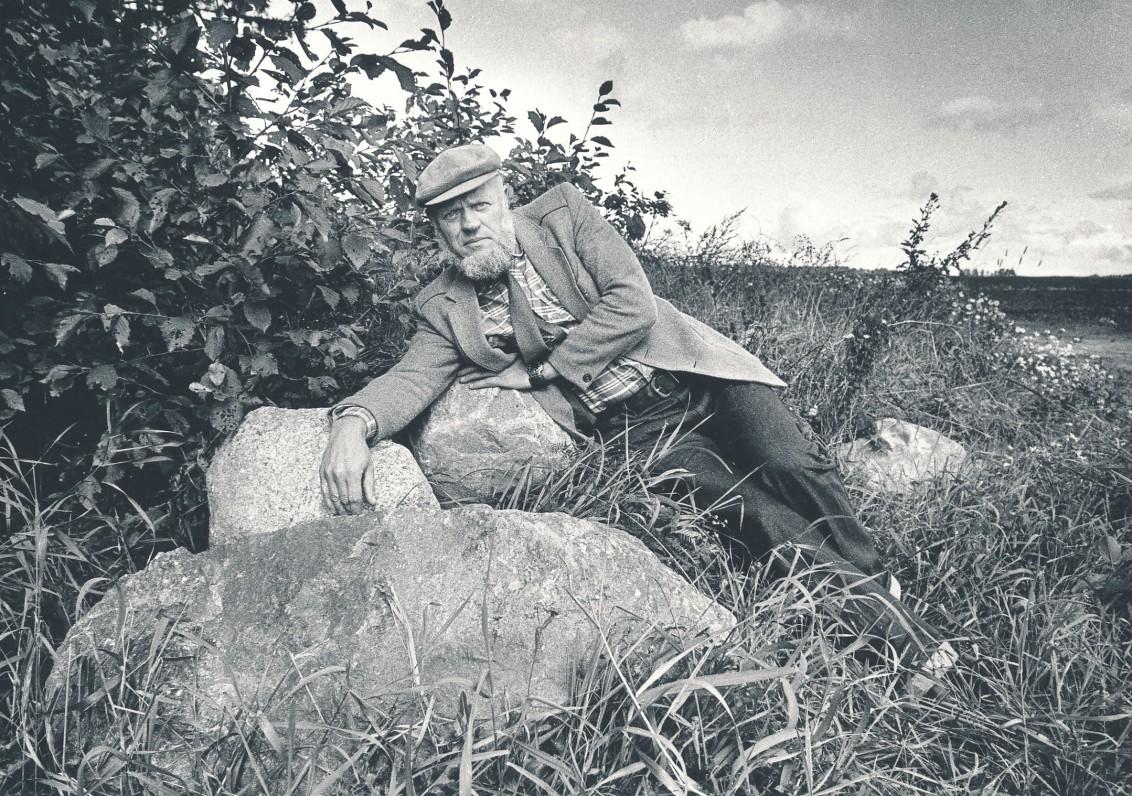 Prie gimtosios sodybos pamatų Balčių kaime Raseinių rajone. 1987 m. R. Rakausko nuotrauka