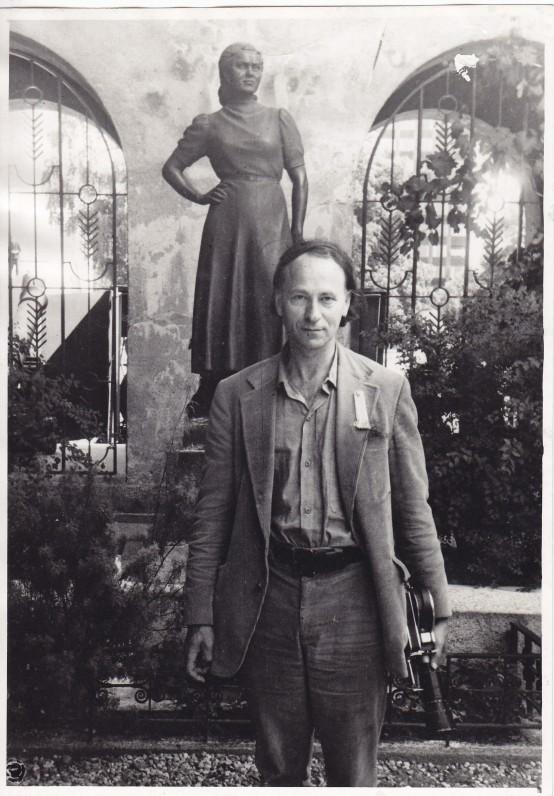 Prie paminklo S. Nėriai Kaune. 1971 m. J. Narkevičiūtės nuotrauka