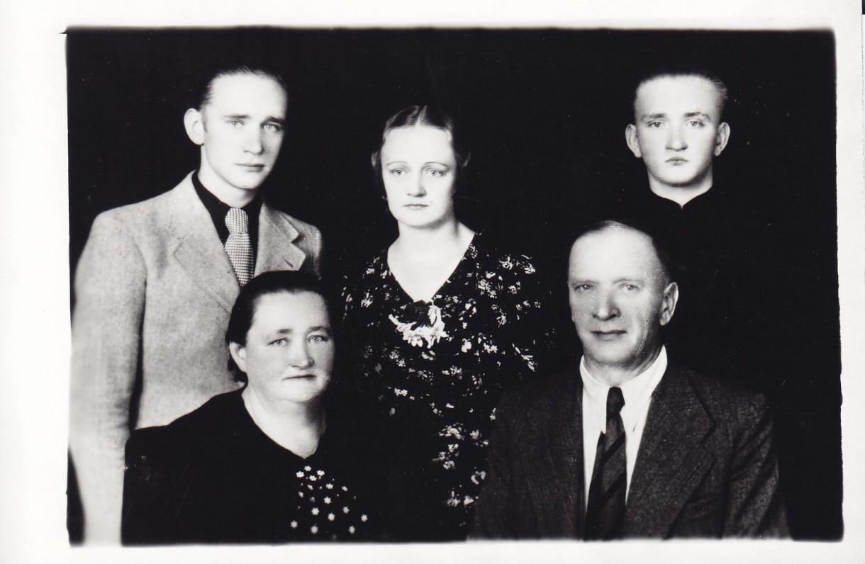 Priekyje – Konstancija ir Julius Greimai; antroje eilėje – Algirdas Julius Greimas, Gražina Greimaitė-Tupčiauskienė ir Romas Greimas. 1935 m.