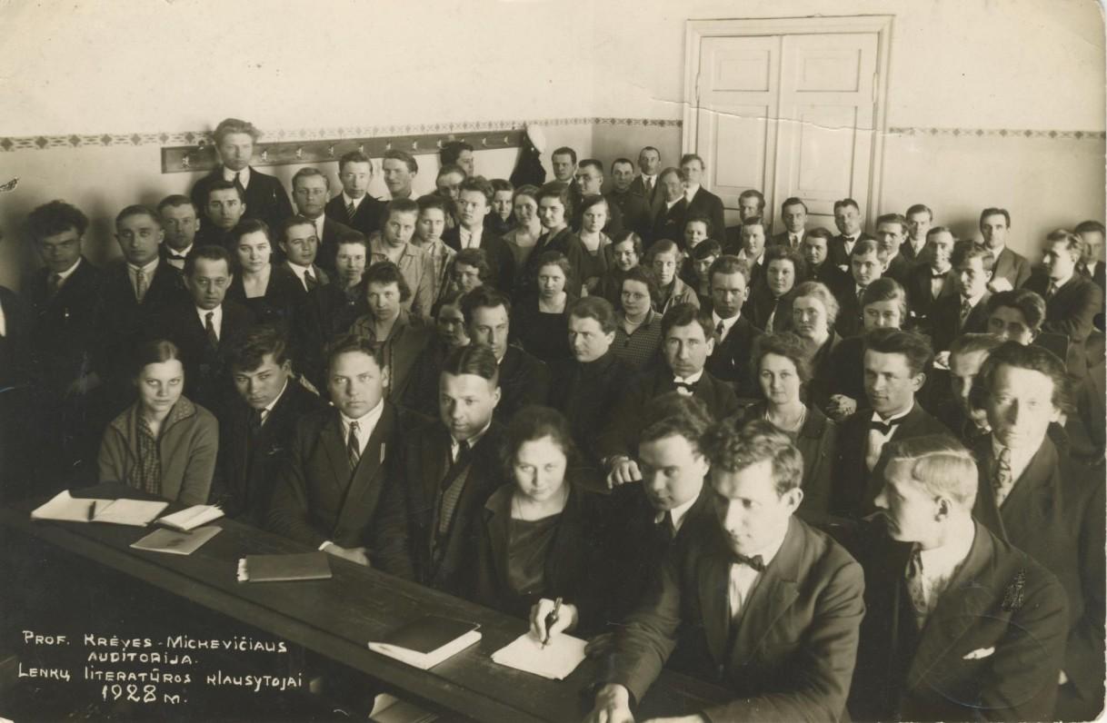 Prof. V. Krėvės (antroje eilėje pirmas iš kairės) paskaita Kauno universitete. 1928 m.