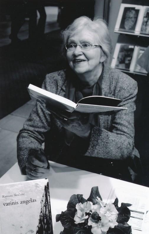 Ramutė Skučaitė savo knygos pristatymo metu. Z. Baltrušio nuotrauka
