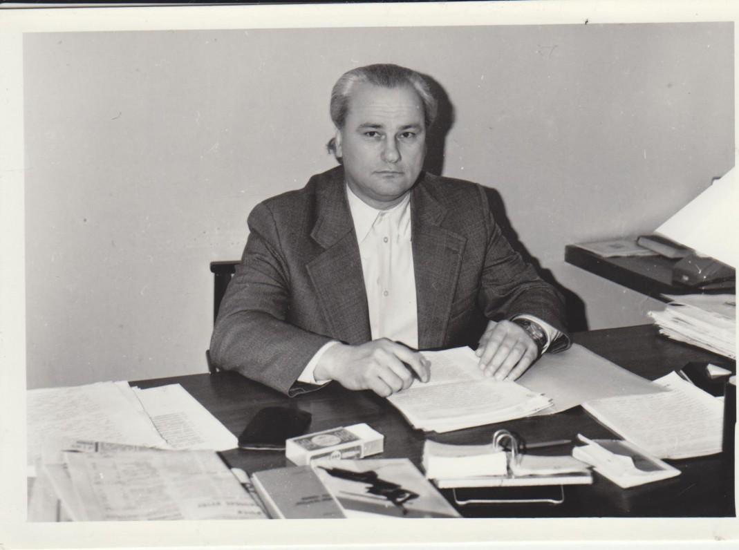 """Respublikinėje bibliotekoje už """"Bibliotekų darbo"""" redaktoriaus stalo. Apie 1960 m."""