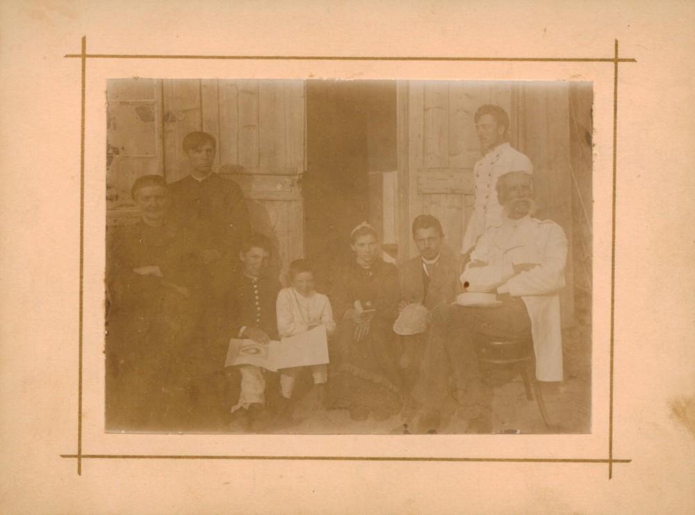 Rašytojos šeima ir draugai. Iš kairės: Stanislava Pečkauskienė, kun. Kazimieras Bukontas, Steponas ir Vincas Pečkauskai, Sofija Pečkauskaitė, Domininkas Bukontas, Povilas Višinskis, Anupras Pečkauskas. Užvenčio dvare. 1896 m.