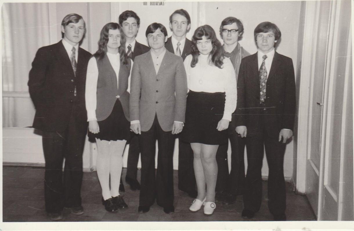 Sigitas Poškus (antras iš dešinės) su klasės draugais. 1975 m.