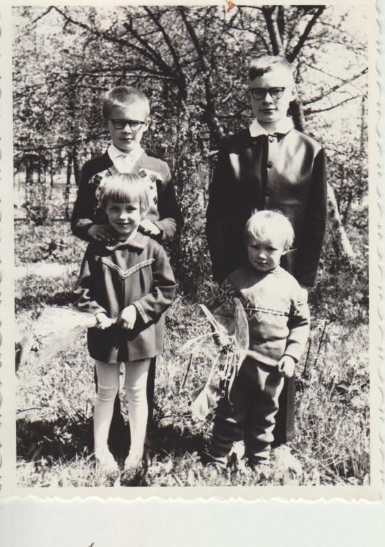 Sigitas su broliais ir sesute. 1969 05 28