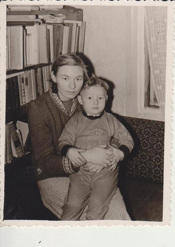 Sigitas su mama Rože Poškiene Stempliuose. 1960 m.