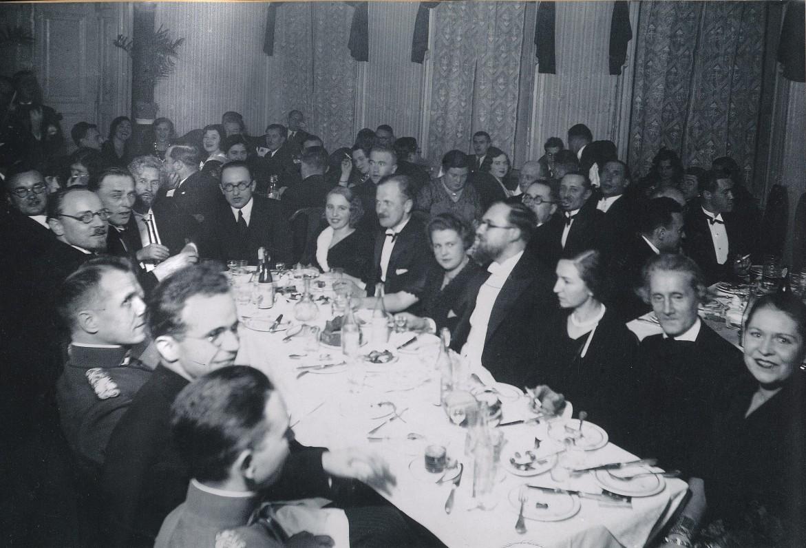 """Spaudos darbuotojai """"Metropolio"""" restorane. Kaunas, 1930 m. Iš dešinės antras – J. A. Herbačiauskas"""