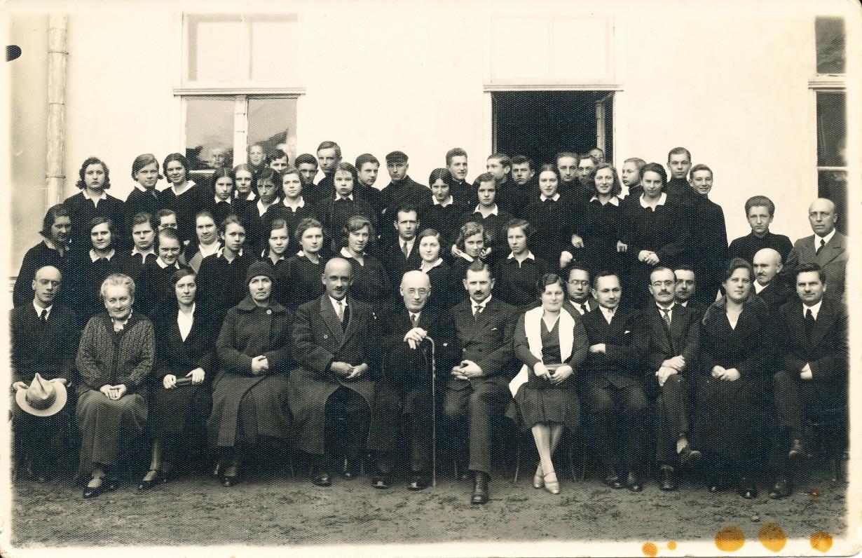 Su Panevėžio gimnazijos mokiniais ir mokytojais. 1930 m.