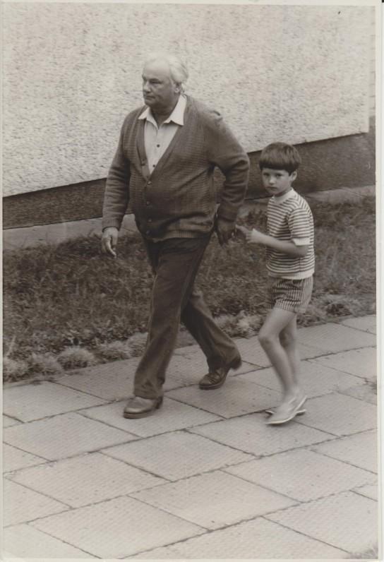 Su anūku Pijumi Nidoje apie 1985 m. Nuotr. O. Pajedaitės