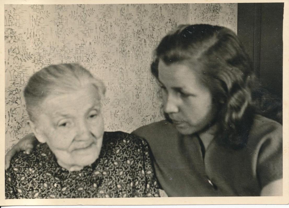 Su senele Emilija Vokietijoje apie 1946 m.