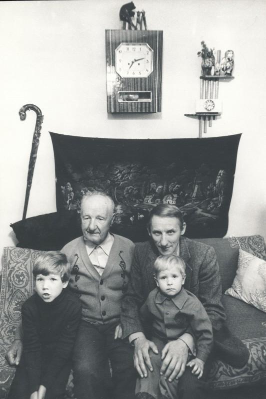 Su sūnumis Titu ir Kipras pas senelį Gargžduose. 1984 m. R. Rakausko nuotrauka