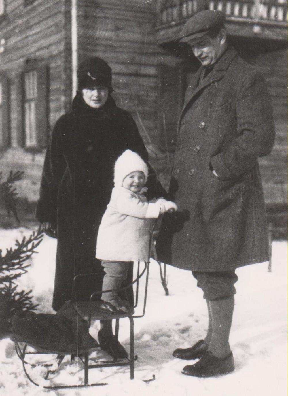 V. Daugirdaitė-Sruogienė, D.Sruogaitė ir B. Sruoga, Kaunas, 1926 m.