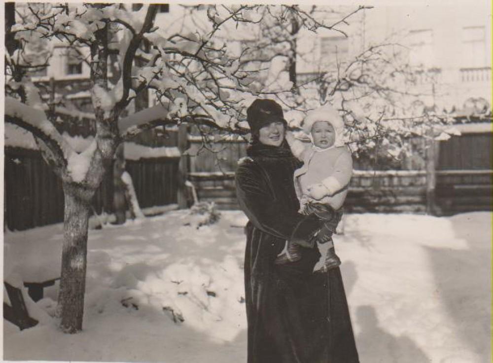 V. Daugirdaitė-Sruogienė su dukra Dalia. Kaunas, apie 1927 m.