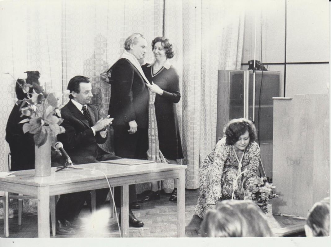 V. Dautartą 50-mečio proga sveikina Kauno rajono atstovai 1977 m. Nuotr. Domo Kauno