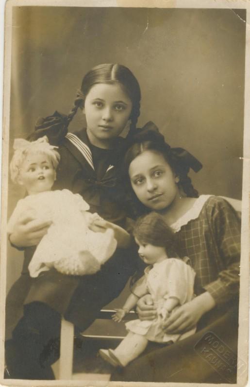 V. Krėvės dukra Ona Aldona (kairėje) ir K. Būgos dukra Gražina. Apie 1922 m.