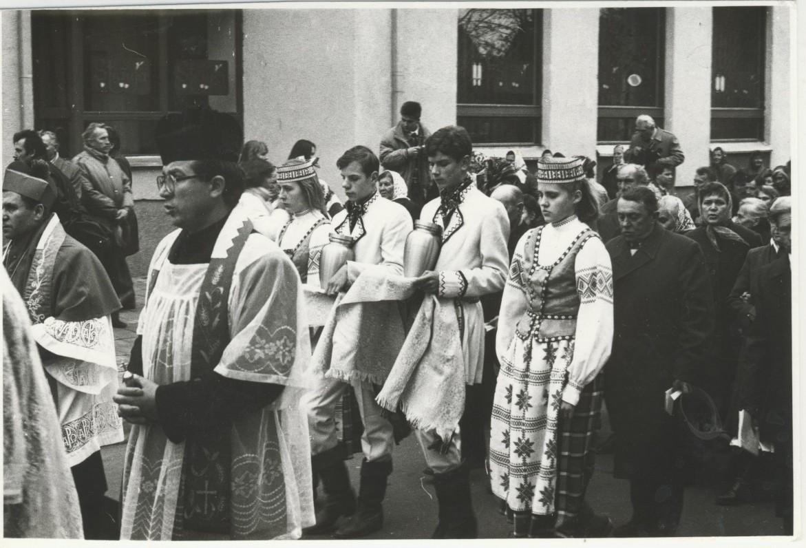 V. Krėvės ir jo žmonos palaikų perlaidojimas iš JAV į Merkinę. 1992 m. spalio 18 d.