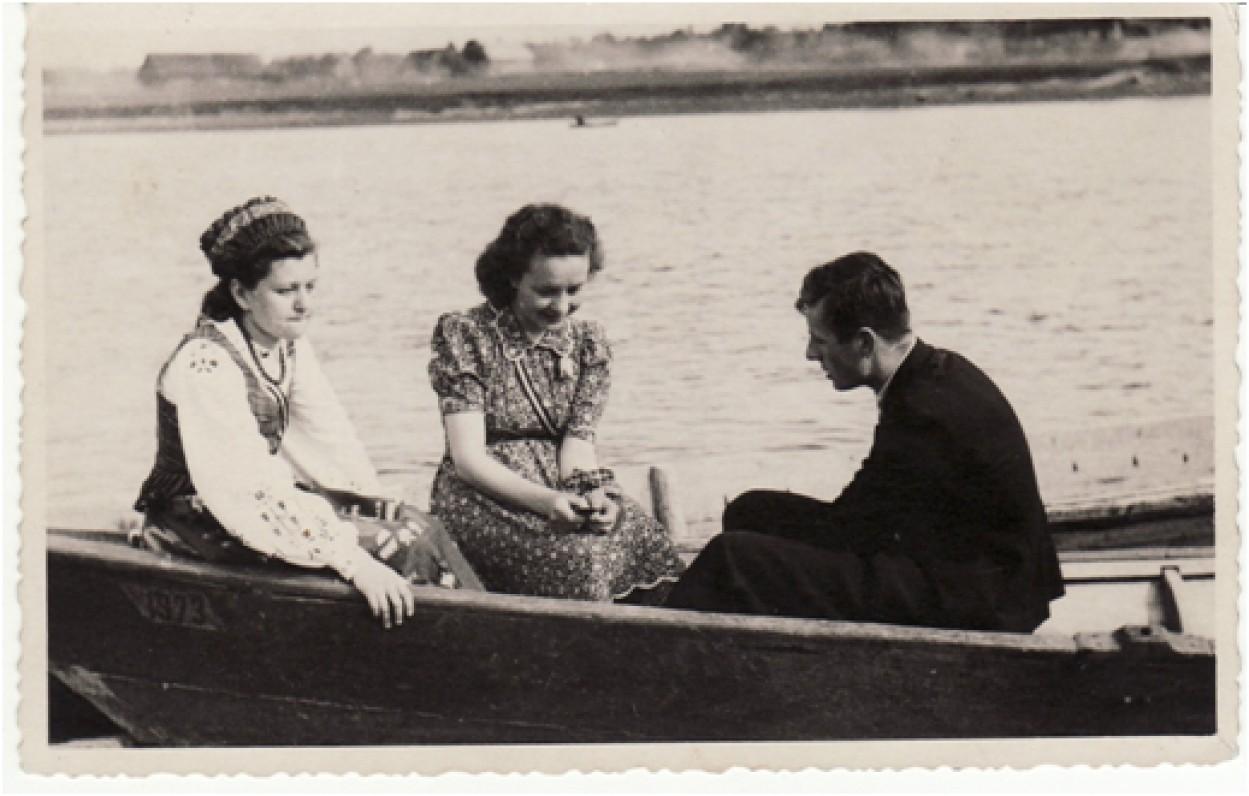 V. Mačernis su bičiulėmis. 1944 m. vasara