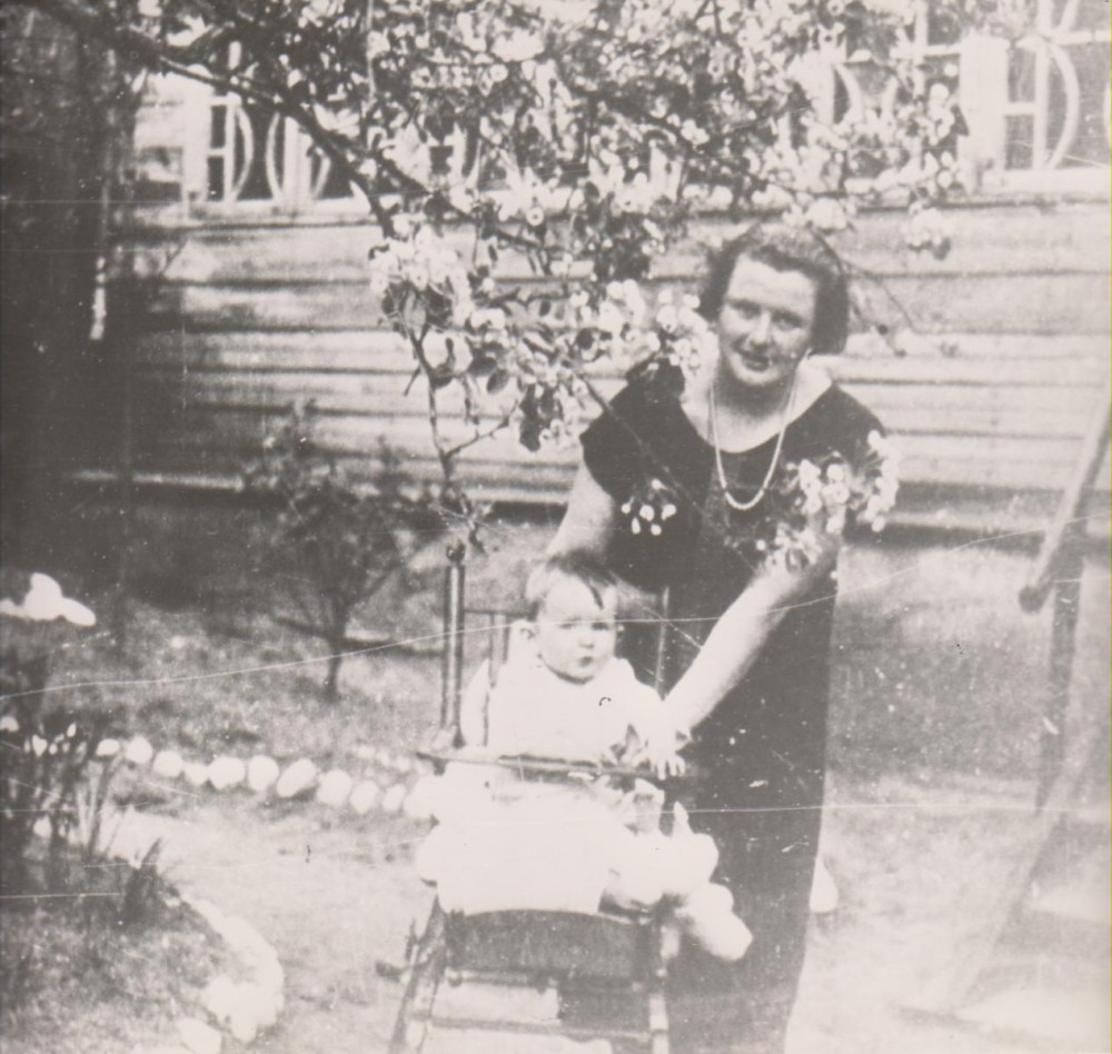 V. Sruogienė su dukra Dalia. 1926 m.