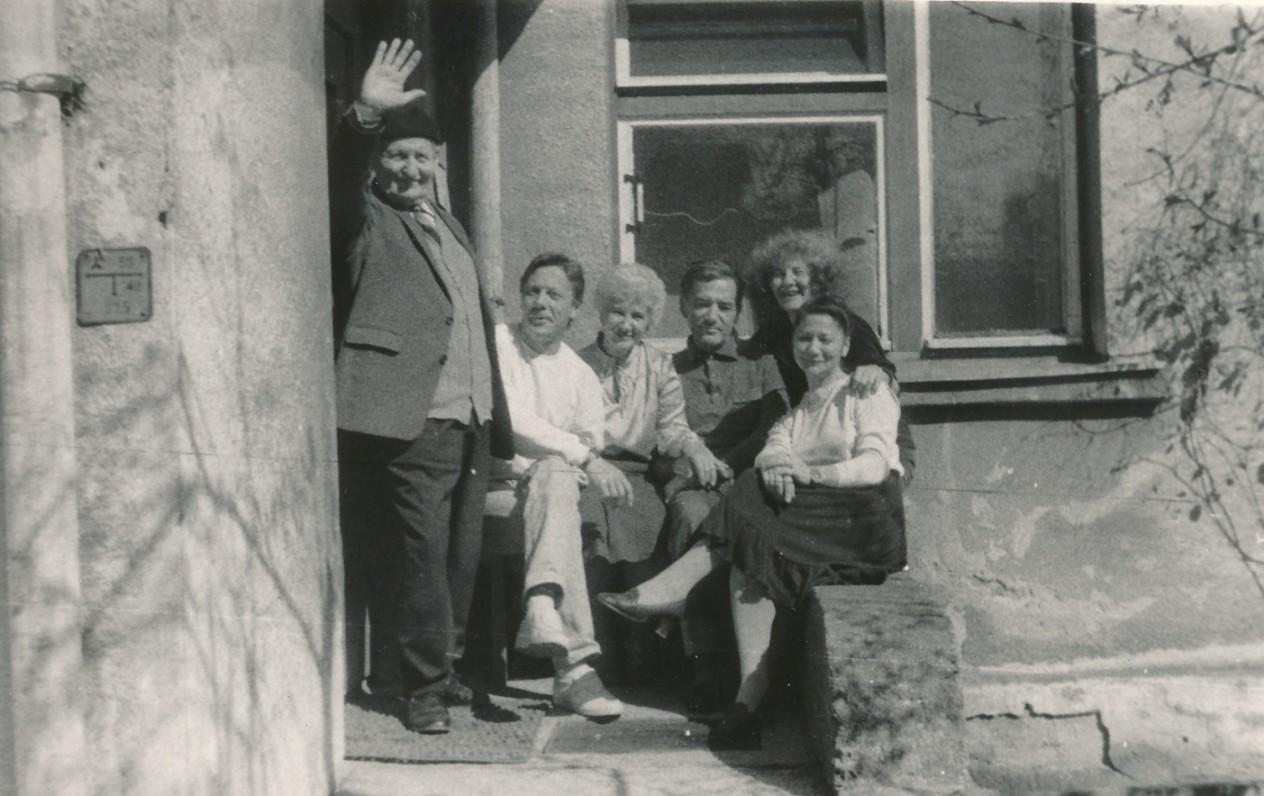 Viena paskutiniųjų nuotraukų – V. Šiugždinis su vaikais. Šalia tėvo sėdi Rimantas, Vanda, Linas, Elona ir Dalia. Kaunas. 1988 m. gegužės 8 d.