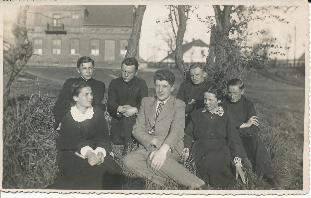 Vilkaviškio gimnazijos literatų būrelio valdyba. 1936 m. K. Bradūnas antroje eilėje antras iš kairės; dešinėje – J. Švabaitė