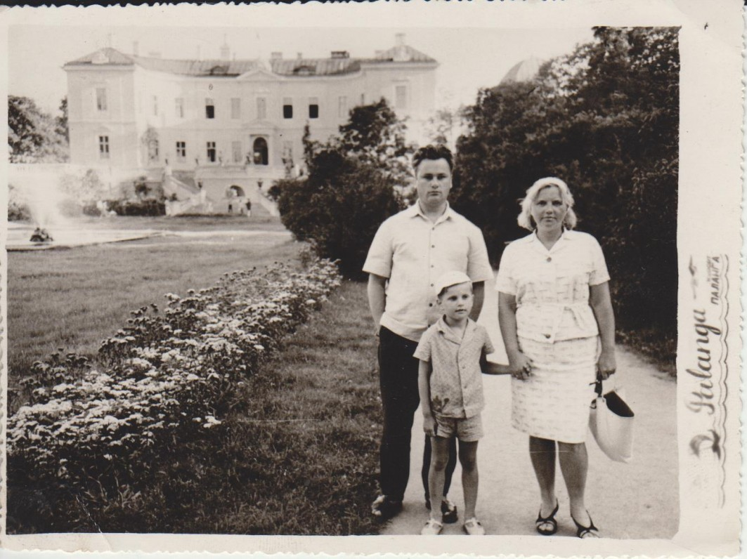 Vladas ir Danutė Dautartai su sūneliu Juozu apie 1960 m.