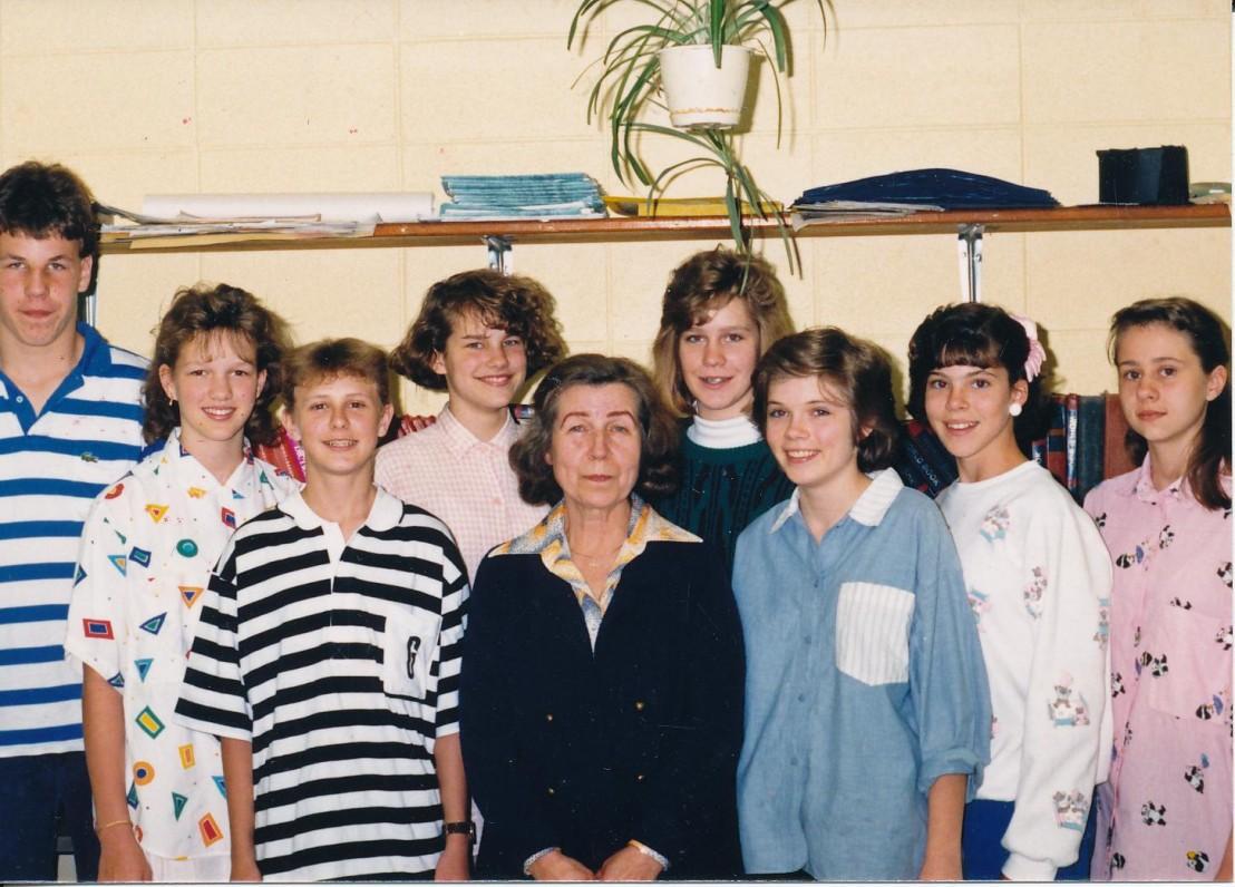 Z. Nagytė-Katiliškienė Lemonto Maironio lituanistinėje mokykloje su savo mokiniais
