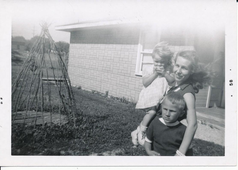 Z. Nagytė su dukra Agnyte ir sūnumi Sauliumi. Lemontas, 1958 m.