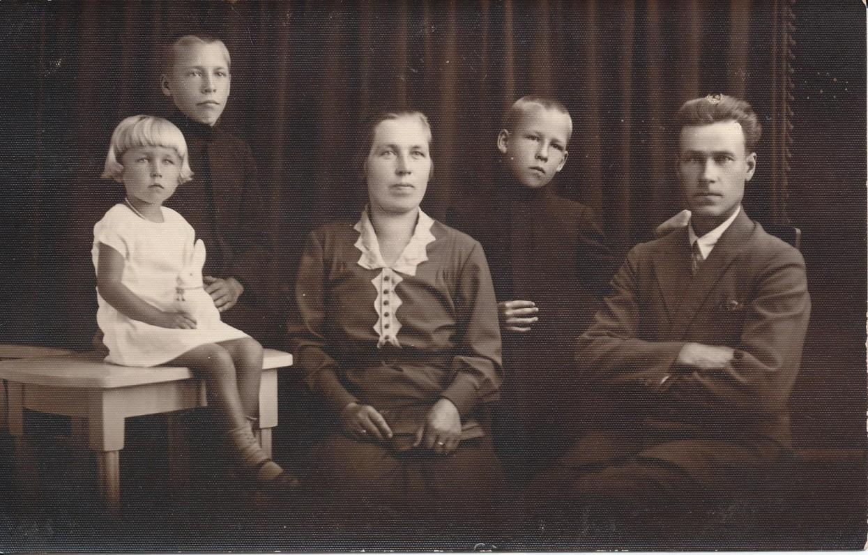 Z. Nagytės šeima. Tėvai Antanina ir Augustinas bei broliai dvyniai